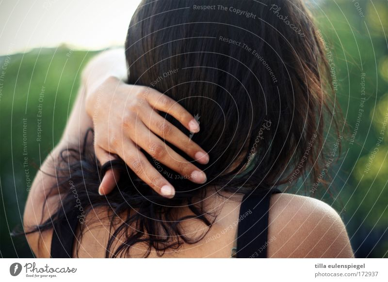 sommerabend Mensch Hand Jugendliche ruhig feminin träumen Erwachsene berühren Frau verträumt schwarzhaarig Junge Frau Geistesabwesend 18-30 Jahre