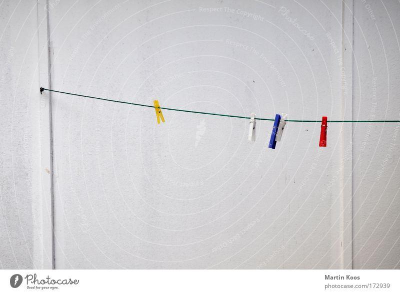 trocken Wand Wäscheleine Holzwand Klammer Seil hängen dreckig Sauberkeit trist blau gelb rot weiß fleißig Ordnungsliebe Langeweile langweilig Haushalt