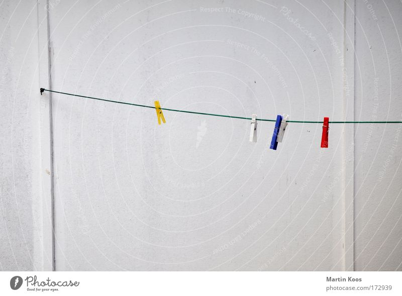 trocken weiß blau rot Ferien & Urlaub & Reisen gelb Wand dreckig Seil trist Sauberkeit festhalten Langeweile Partnerschaft hängen Haushalt