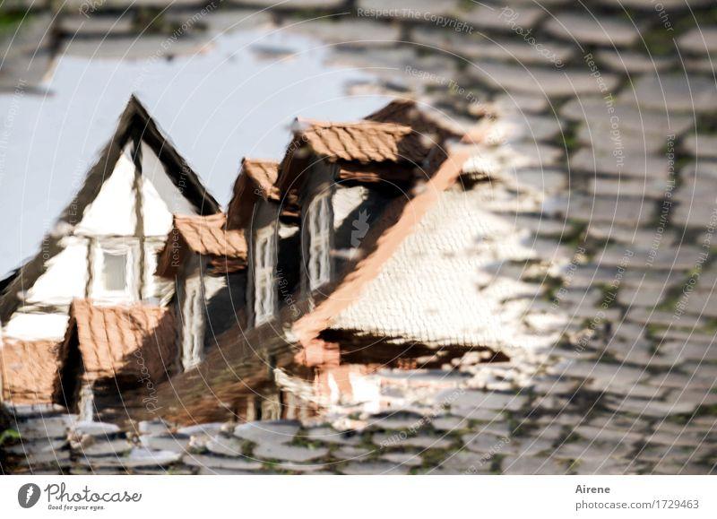 AST 9   aus einer anderen Welt I Wasser Wassertropfen Himmel Schönes Wetter Kleinstadt Altstadt Menschenleer Haus Traumhaus Dach Dachgiebel Dachfenster Mansarde