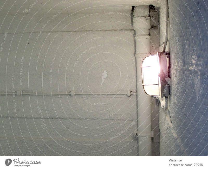 [KI09.1] Luftschutzbunker Farbfoto Innenaufnahme Detailaufnahme Textfreiraum links Kunstlicht Licht Zentralperspektive Haus Lampe Keller Beton leuchten kalt