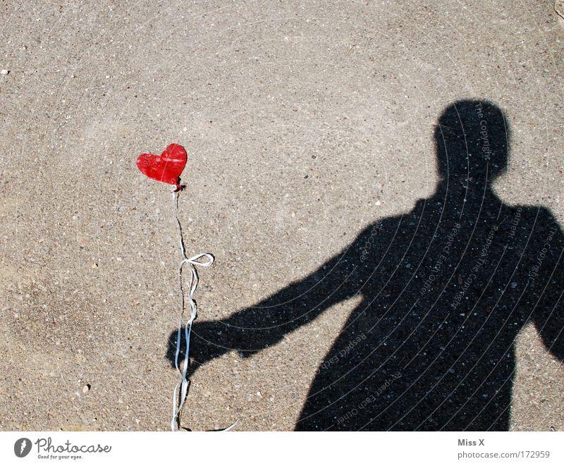 die Luft is raus Frau Mensch Einsamkeit Erwachsene Liebe Straße Wege & Pfade Traurigkeit Zusammensein Herz Geschenk Luftballon Romantik 1 Partner