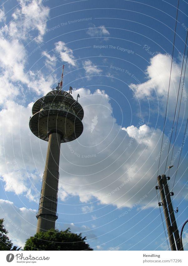 Fernsehturm Himmel Wolken groß hoch Telekommunikation