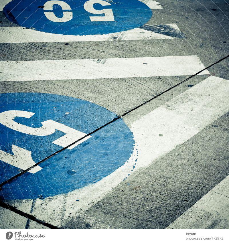 50, 51 blau Straße dunkel Straßenverkehr Schilder & Markierungen Beton Verkehr Kreis rund Schriftzeichen Ziffern & Zahlen Zeichen Flughafen Autofahren Fußgänger Personenverkehr
