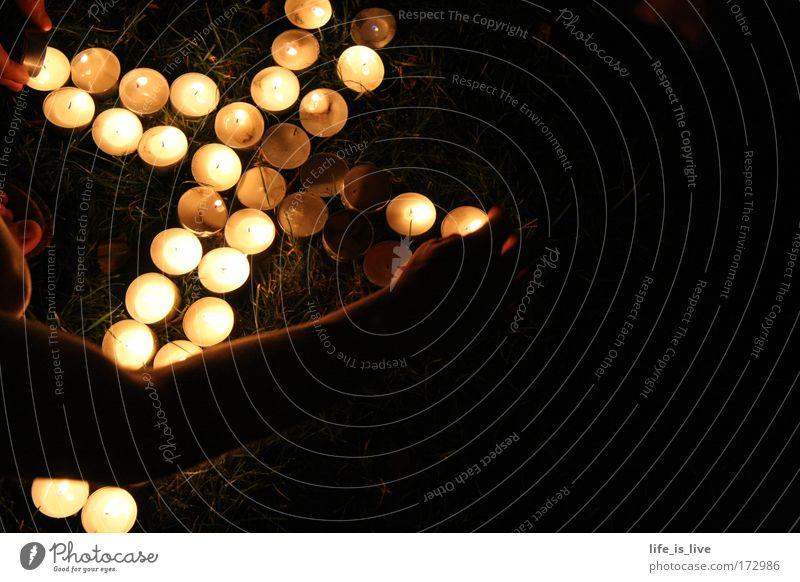 the cross of light Kerze Christliches Kreuz Christentum Kerzenschein Teelicht Vor dunklem Hintergrund