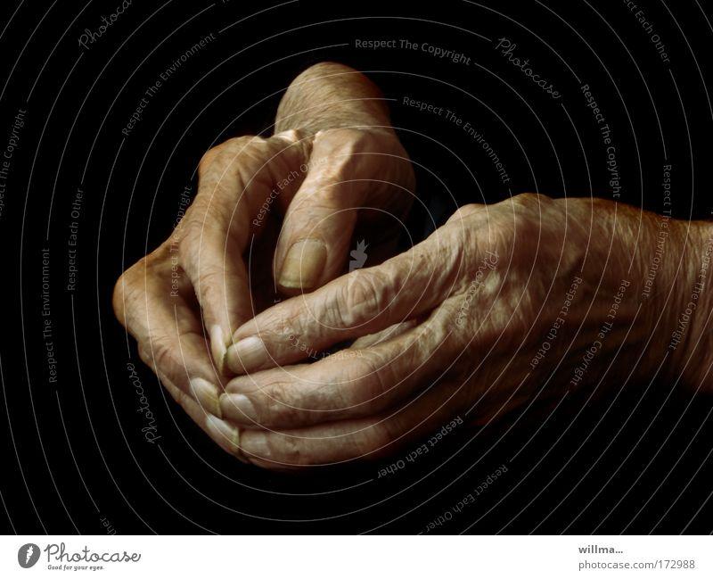 hände mit altersspuren - resümee Hand Alter Altersversorgung Alterserscheinung Pflegeheim Ruhestand Großmutter Senior Finger Fingernagel Hautfalten 60 und älter