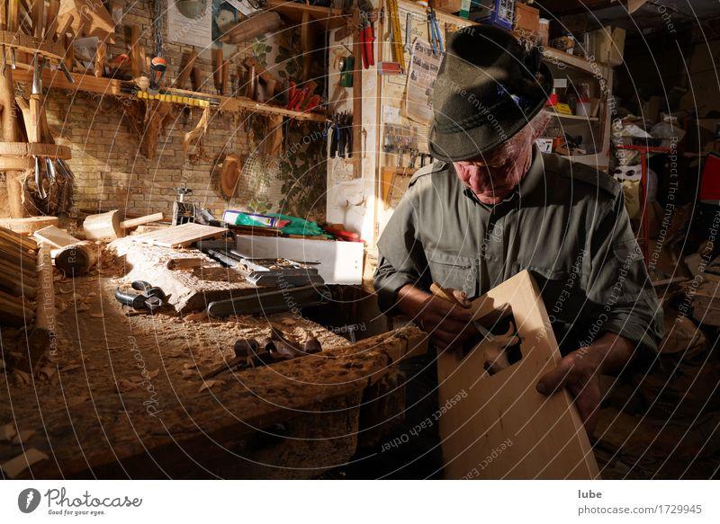 Schnitzer Arbeit & Erwerbstätigkeit Beruf Handwerker Arbeitsplatz Männlicher Senior Mann 1 Mensch 60 und älter Künstler Holz Schnitzereien Werkstatt Werkzeug