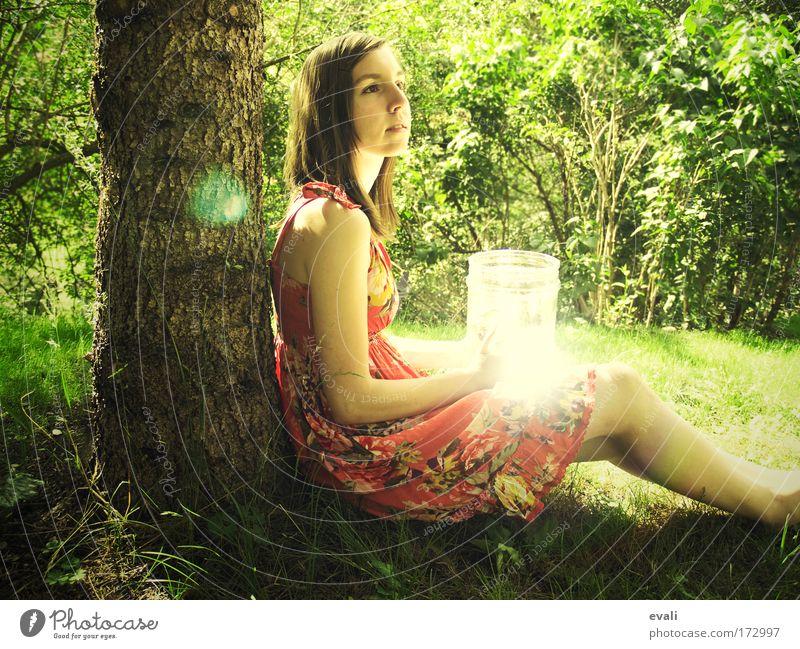 You are my sun Mensch Jugendliche Baum grün Sommer gelb Erholung feminin Gras Garten warten Frau Sträucher entdecken genießen Lichtspiel