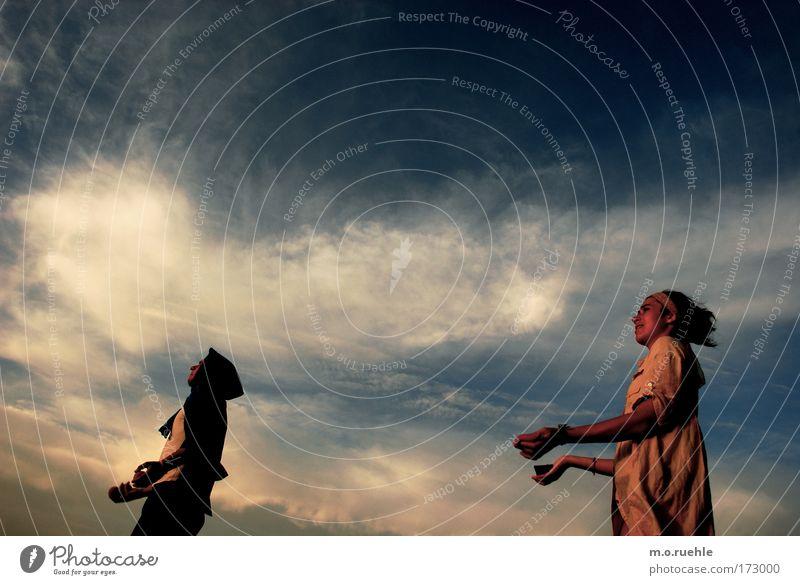 Lufttrieb Mensch Jugendliche Himmel Sonne Sommer Freude Wolken Gefühle Spielen Stimmung warten Erwachsene ästhetisch