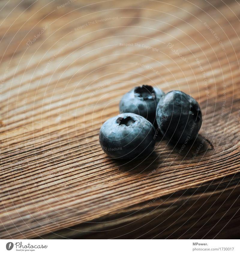 drei blaubeeren Lebensmittel Frucht Ernährung Getränk genießen Blaubeeren Holztisch Holzbrett 3 Beeren Vegane Ernährung Vegetarische Ernährung vitaminreich