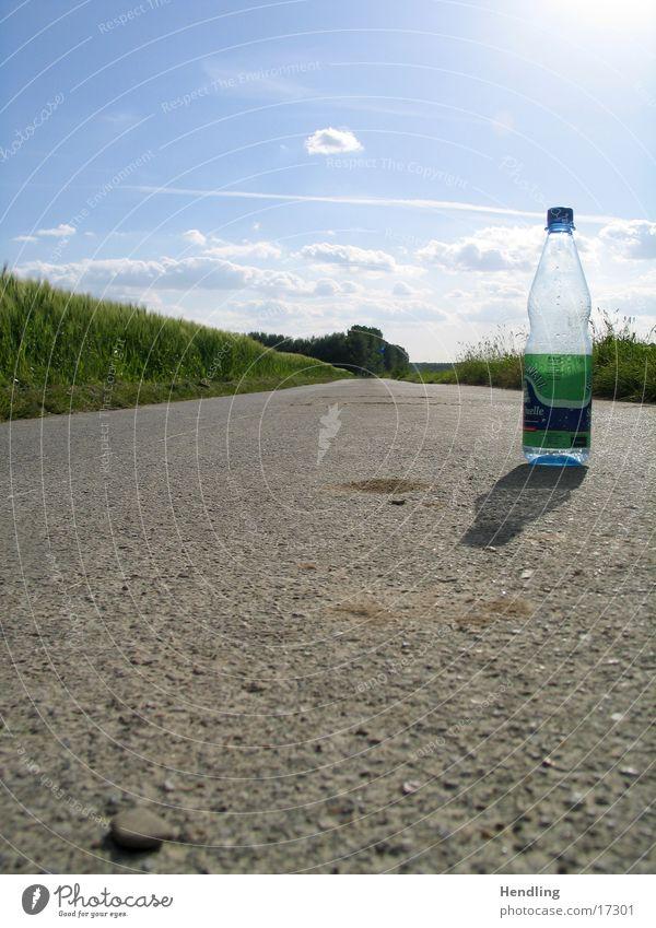 Einsame Flasche grün Dinge Sonne Wege & Pfade Einsamkeit Lichtbrecher Schatten blau