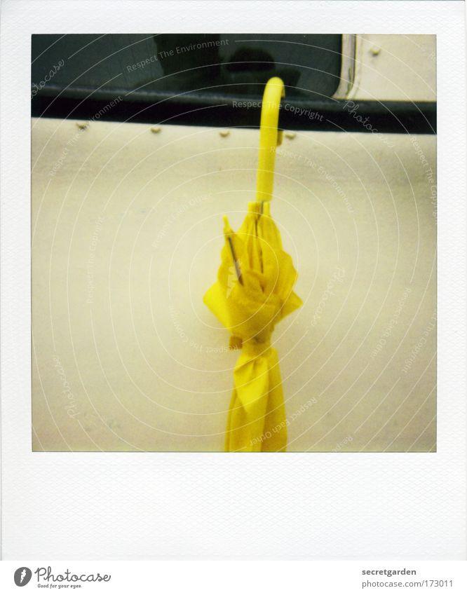 [KI09.1] gelber hingucker der: der schirm von john steed Ferien & Urlaub & Reisen gelb dunkel Fenster Traurigkeit Paar Regen Linie Design elegant nass trist Schutz einzigartig Regenschirm Stahl