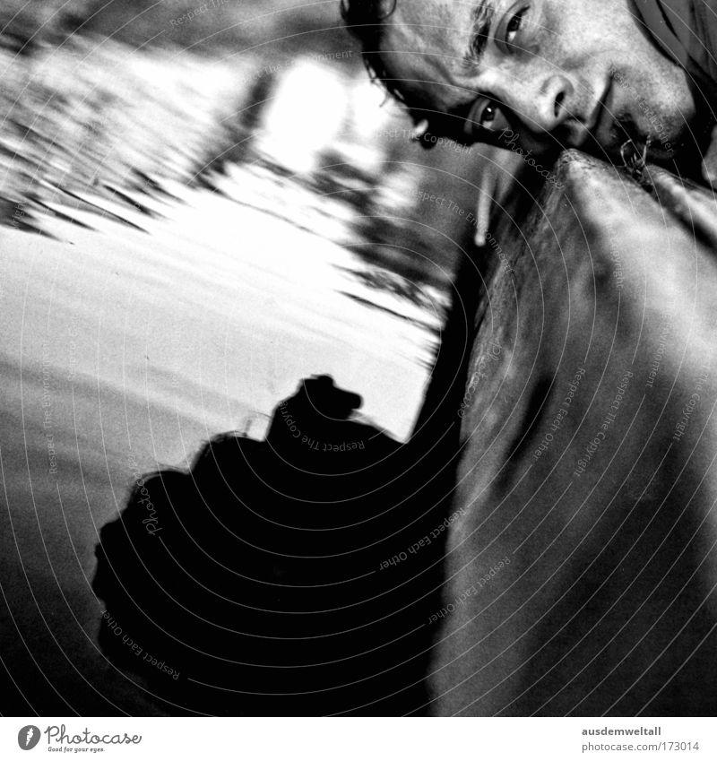 At Ground Level Schwarzweißfoto Außenaufnahme Nahaufnahme Tag Licht Schatten Kontrast Silhouette Reflexion & Spiegelung Sonnenlicht Froschperspektive Porträt