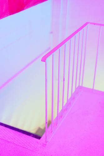 the pink room Mauer Wand Treppe Treppengeländer Boden ästhetisch außergewöhnlich eckig gruselig gelb rosa bizarr Farbe geheimnisvoll Inspiration Kreativität