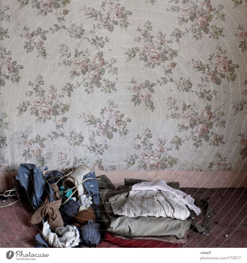Mutti hat dir Sachen raus gelegt. alt Haus Wand Mauer Schuhe Stimmung Raum dreckig Bekleidung Lifestyle trist T-Shirt Kitsch Dekoration & Verzierung Innenarchitektur Stoff