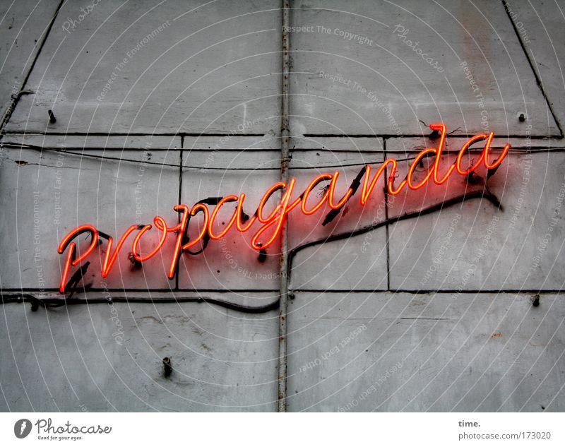 Alles nur Stadt Ferne Wand Mauer leuchten Schriftzeichen Kommunizieren Lebensfreude Idee Vergänglichkeit Kabel Gastronomie entdecken Überraschung Restaurant