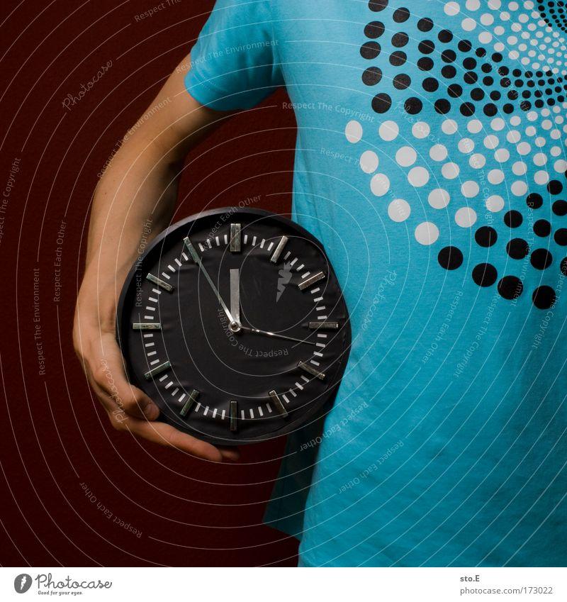 zeitbewusst Jugendliche Hand dunkel Stil Arme warten maskulin Uhr Erfolg stehen Lifestyle Coolness Zukunft T-Shirt Ziffern & Zahlen Zeichen