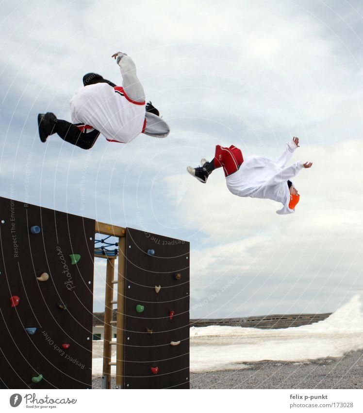 schwerelos Mensch Natur Jugendliche Freude Winter Wolken Schnee Umwelt Sport Landschaft Berge u. Gebirge springen Luft Beine Mode Tanzen