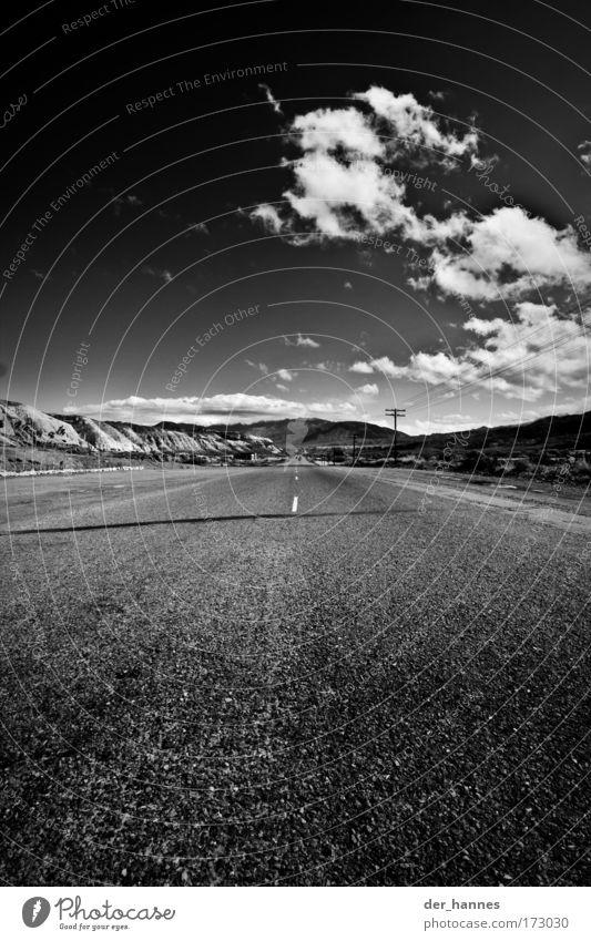 road to .. . .. Schwarzweißfoto Außenaufnahme Textfreiraum unten Textfreiraum Mitte Tag Schatten Sonnenlicht Starke Tiefenschärfe Zentralperspektive Weitwinkel
