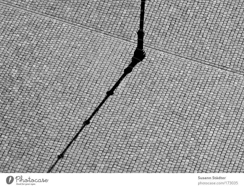 Sieben Uhr! dunkel Architektur Stil Platz Design ästhetisch außergewöhnlich Grafik u. Illustration dünn Laterne entdecken wenige Pflastersteine minimalistisch