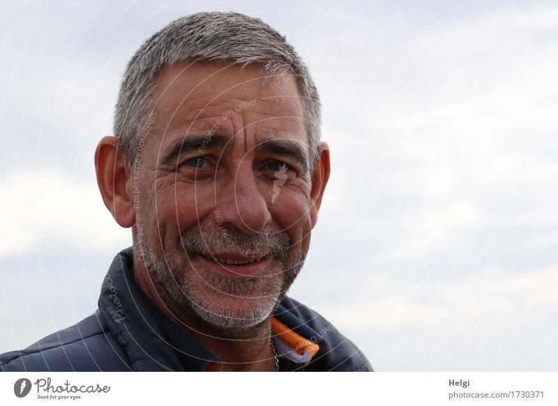 freundlicher Senior mit grauen Haaren und grauem Bart lächelt in die Kamera Mensch maskulin Mann Erwachsene Männlicher Senior Kopf Haare & Frisuren Gesicht