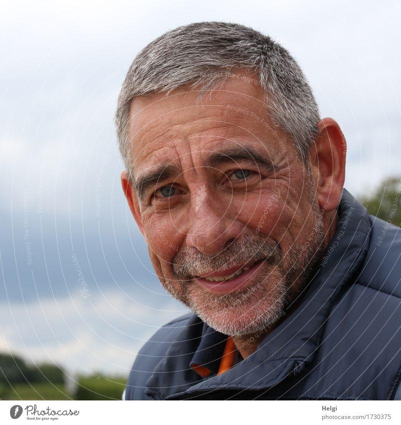 freundlicher Senior mit grauen Haaren und grauem Bart lächelt in die Kamera Mensch maskulin Mann Erwachsene Männlicher Senior Kopf Gesicht 1 45-60 Jahre
