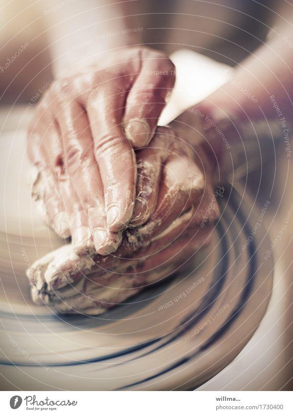 hände beim töpfern mit ton| im tonstudio Ton Keramik Töpfern Handwerk Freizeit & Hobby Kunsthandwerker Töpferei Finger Töpferscheibe Arbeit & Erwerbstätigkeit