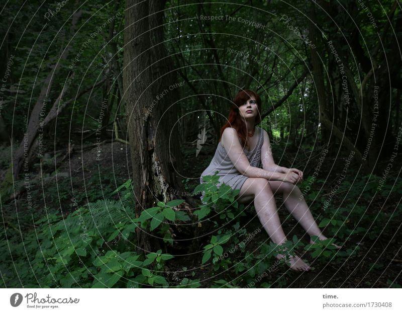 in the wood feminin 1 Mensch Wald T-Shirt rothaarig langhaarig beobachten Denken Blick sitzen warten schön Gefühle Stimmung Zufriedenheit Vertrauen Wachsamkeit