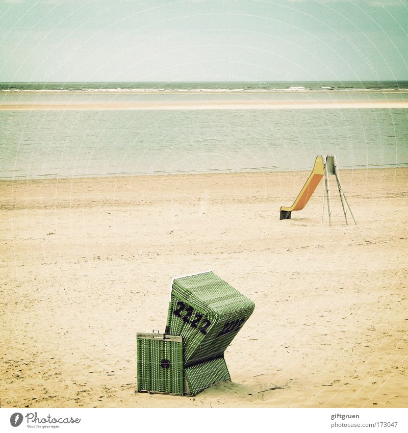juxtaposition Meer Sommer Freude Strand Ferien & Urlaub & Reisen Einsamkeit Erholung Spielen Landschaft Küste Insel Freizeit & Hobby Seite Schönes Wetter