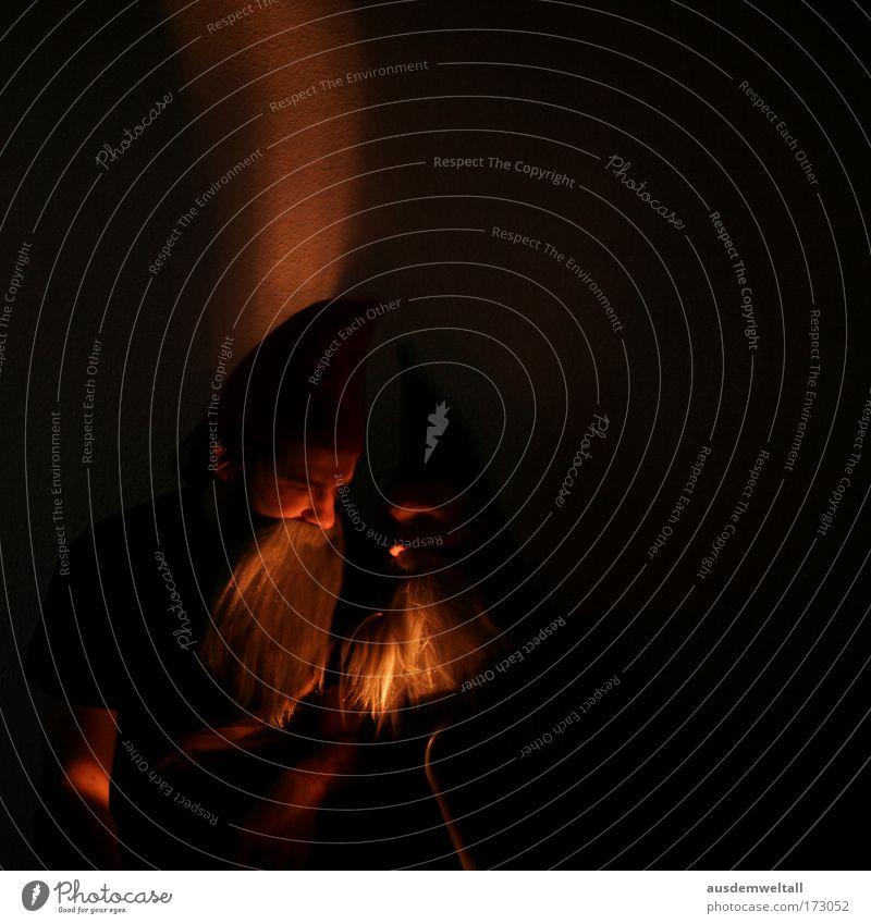 Dwarfs Farbfoto Innenaufnahme Nahaufnahme Experiment Abend Nacht Kunstlicht Licht Schatten Kontrast Langzeitbelichtung Oberkörper Blick nach unten Wegsehen Stil
