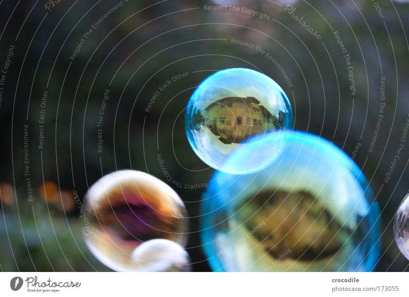 Seifenblasen blau Freude Haus Bewegung Glück Zufriedenheit glänzend Wohnung fliegen Baustelle Fröhlichkeit Makroaufnahme ästhetisch rund dünn Lebensfreude