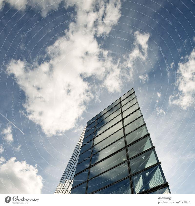 Wolkenkratzer mit Glasfassade bei strahlendem Wetter Farbfoto Außenaufnahme Menschenleer Textfreiraum oben Tag Kontrast Reflexion & Spiegelung Sonnenlicht
