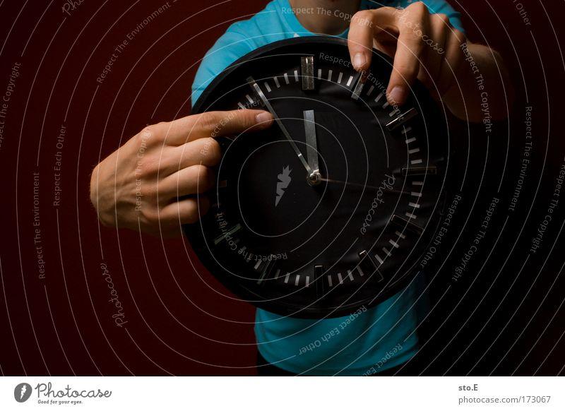 show time Mensch Hand dunkel Stil Zeit Arme maskulin Finger Uhr lernen Lifestyle Coolness rund T-Shirt Ziffern & Zahlen Zeichen