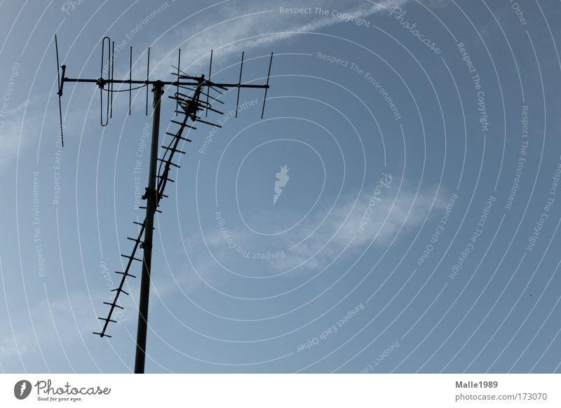 Perfekter Empfang Himmel blau Sommer schwarz Wolken Gebäude Technik & Technologie Fernseher Filmindustrie Dach Fernsehen Telekommunikation Medien Radio Informationstechnologie