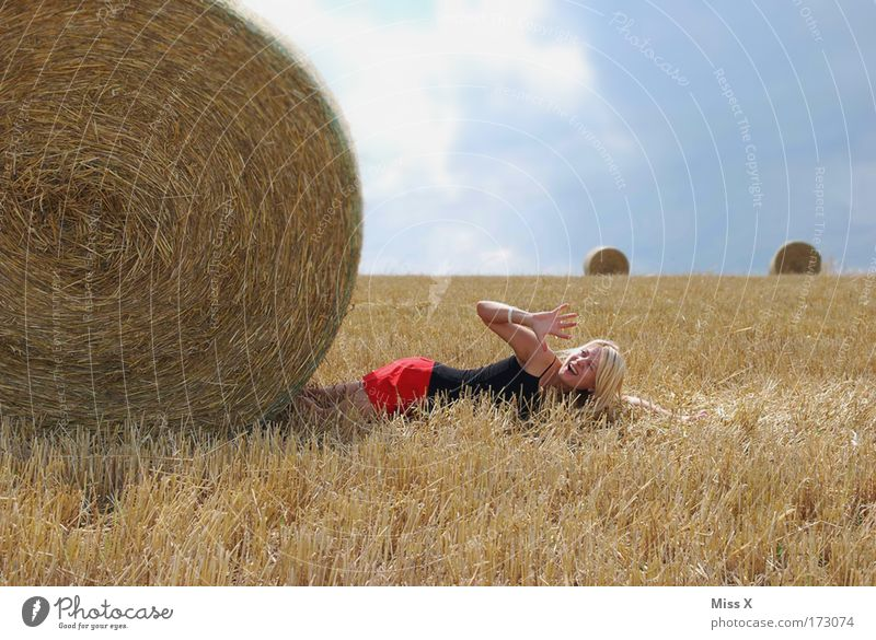 Walze Frau Mensch Jugendliche Sommer Tod Landschaft Erwachsene Kornfeld lustig Angst Feld blond Arme Ausflug groß verrückt