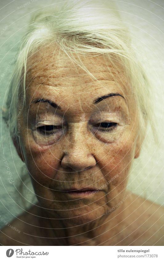 gewiss Mensch feminin Weiblicher Senior Frau Großmutter 1 60 und älter alt träumen Traurigkeit warten authentisch blond schön einzigartig natürlich ruhig