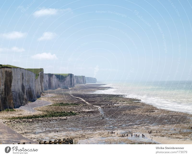 Steilküste mit Strand am Atlantik bei Mer-les-Bains, Frankreich Mensch Menschengruppe Umwelt Natur Landschaft Sand Luft Wasser Himmel Sonnenlicht Sommer Küste