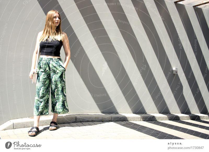 Blumenhöschen. Mensch Frau Jugendliche Stadt Sommer grün Junge Frau Haus 18-30 Jahre Erwachsene Architektur Wand feminin Mauer grau Mode