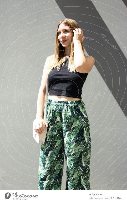 Blumenculotte II Mensch feminin Junge Frau Jugendliche Erwachsene 1 18-30 Jahre Sommer Kleinstadt Stadt Architektur Fassade Mode Bekleidung Hose Stein Streifen