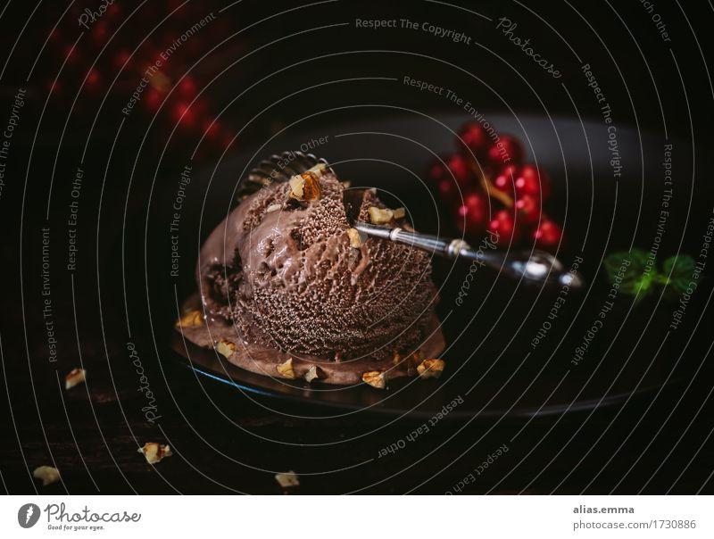 Schoko-Schock Speiseeis Schokolade Schokoladeneis kalt Sommer Johannisbeeren dunkel Lebensmittel Gesunde Ernährung Foodfotografie lecker genießen Eis Querformat