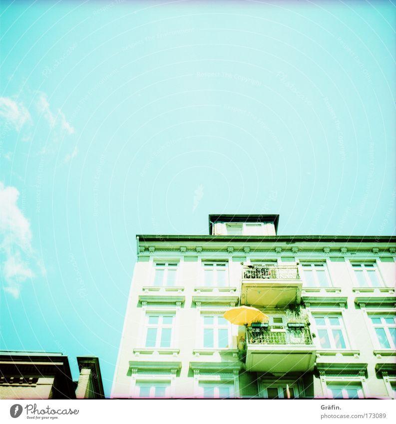 Sonntags auf dem Kiez Farbfoto Außenaufnahme Lomografie Holga Menschenleer Textfreiraum oben Sonnenlicht Gegenlicht Froschperspektive Haus Sommer Hafenstadt