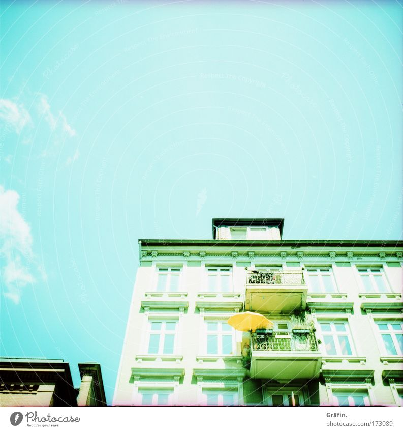 Sonntags auf dem Kiez Himmel Stadt Sommer Wolken Haus Fenster Gebäude Dekoration & Verzierung Neugier Balkon Sonnenschirm Sonntag Altbau Hafenstadt Lomografie St. Pauli