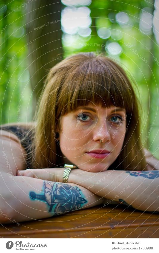 Carina | am Tisch Mensch feminin Junge Frau Jugendliche 1 18-30 Jahre Erwachsene Umwelt Natur Wald Tattoo Piercing Haare & Frisuren brünett langhaarig Pony