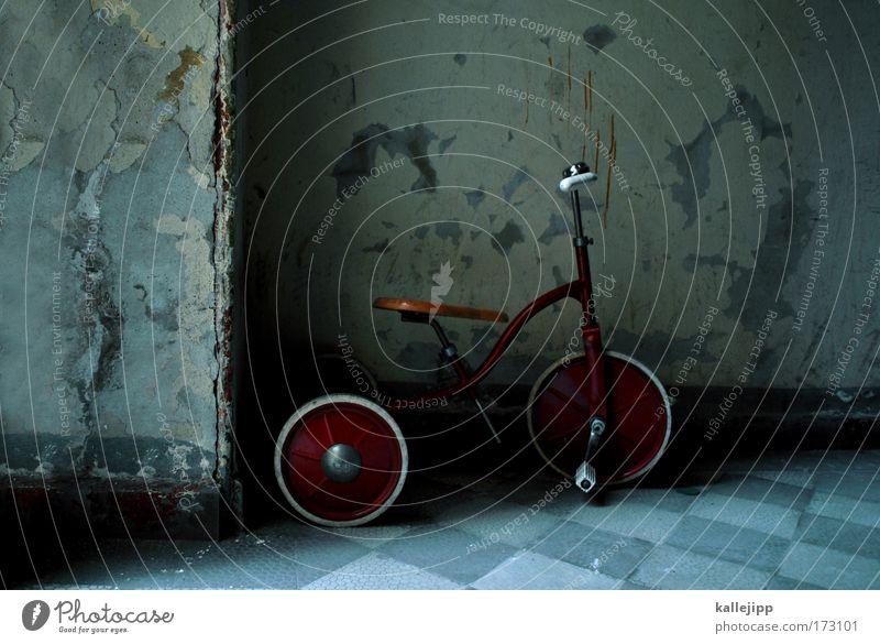 erlkönig Wand Spielen Traurigkeit Kindheit gehen Freizeit & Hobby Verkehr lernen kaputt Spielzeug Rad Reifen Flur Kindererziehung Fußgänger Personenverkehr