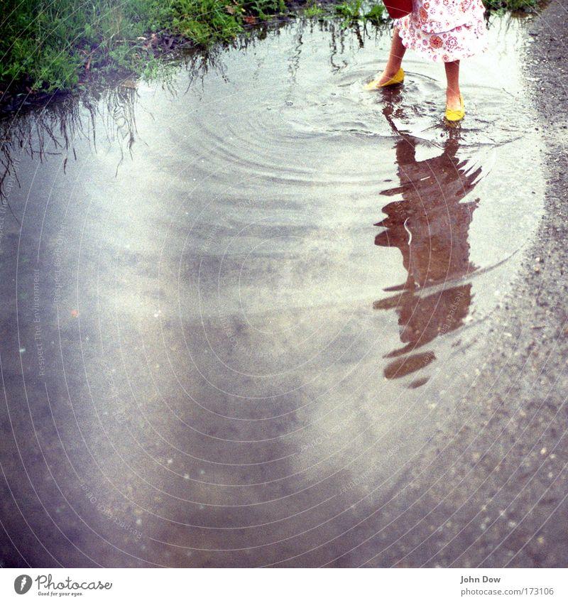 Das Wasser zieht Kreise Mensch Natur Mädchen Freude gelb Wiese Spielen Gras Bewegung Kind Schuhe Reflexion & Spiegelung Erinnerung Freizeit & Hobby