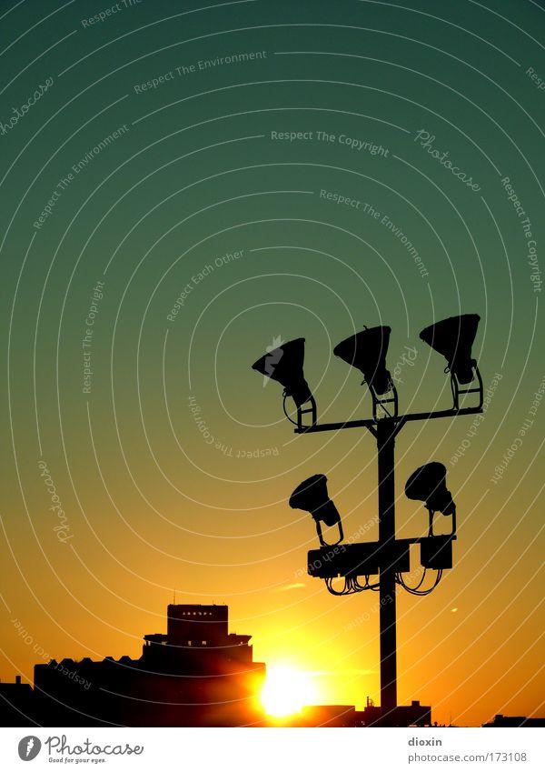 Urbane Melancholie Außenaufnahme Menschenleer Textfreiraum links Textfreiraum oben Abend Dämmerung Sonnenlicht Sonnenstrahlen Sonnenaufgang Sonnenuntergang