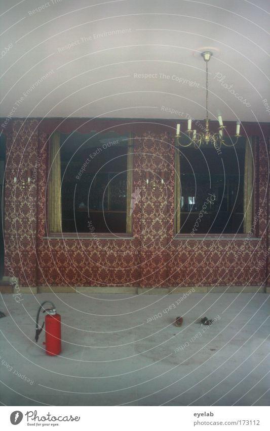 Stilsicher auch mit Sicherheitsutensilien alt Haus Einsamkeit Wand Fenster Mauer Gebäude dreckig Architektur Wohnung elegant trist Boden kaputt Kitsch