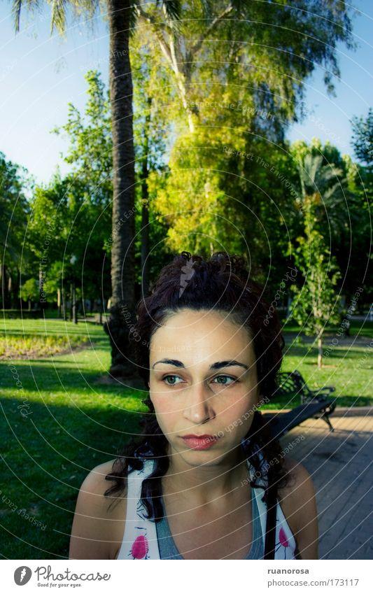 Frau Jugendliche Himmel Baum grün Gesicht Farbe Gras Garten Park Denken Mund Behaarung Rasen Maul