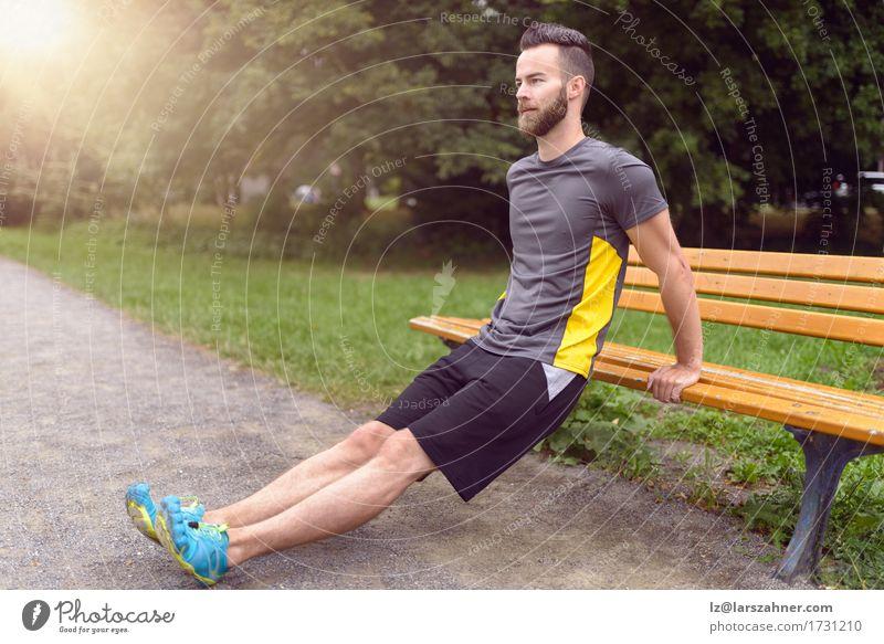 Mensch Natur Mann Erwachsene Sport Lifestyle Holz Park Textfreiraum Körper modern Aktion Fitness Bank sportlich Gleichgewicht