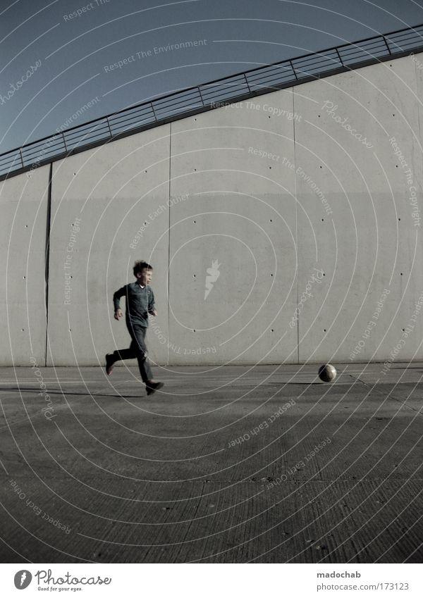 Niemand kann den Morgen erreichen, ... Mensch Kind Jugendliche Stadt Freude Sport Wand Junge Glück Mauer Zufriedenheit Kindheit Fußball laufen maskulin